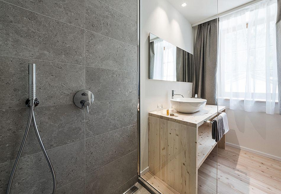 Bad mit Naturstein im Hospitium Zimmer