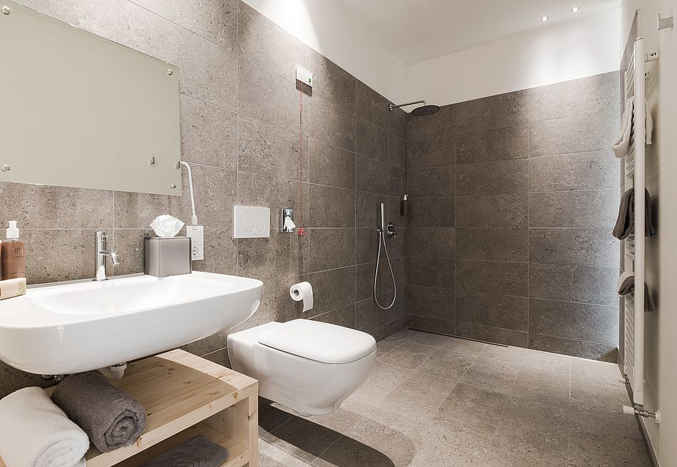 Gasthof Zimmer mit großer Dusche im Bad