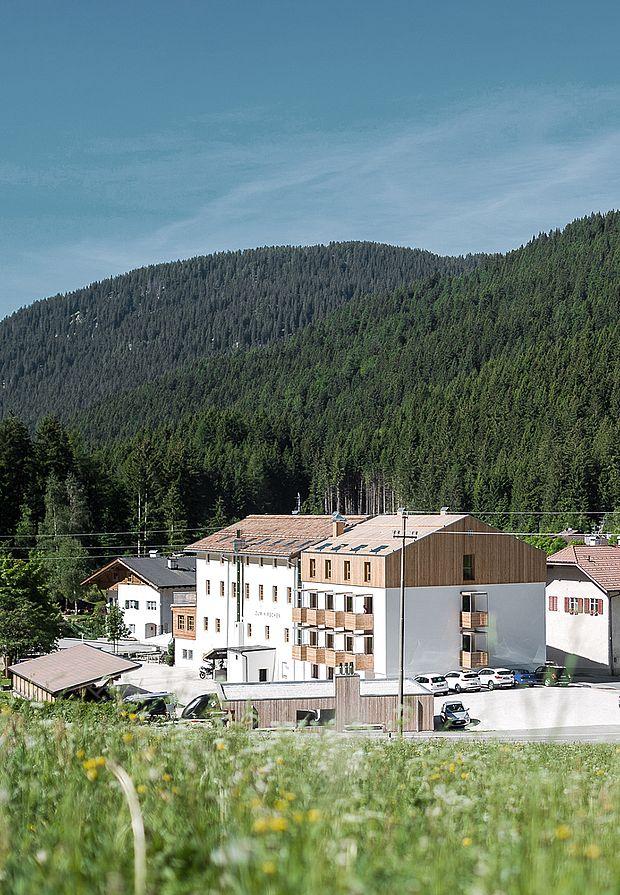 Außenansicht des Hotels mit zeitgenössischer Architektur