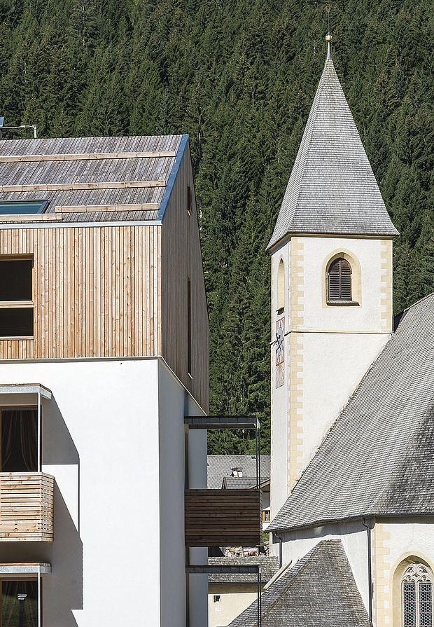 Die Hotel Architektur fügt sich harmonisch in den Dorfkern ein
